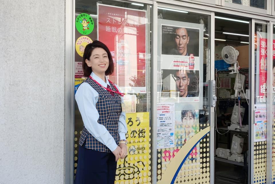 センターの前での甲田恵子社長