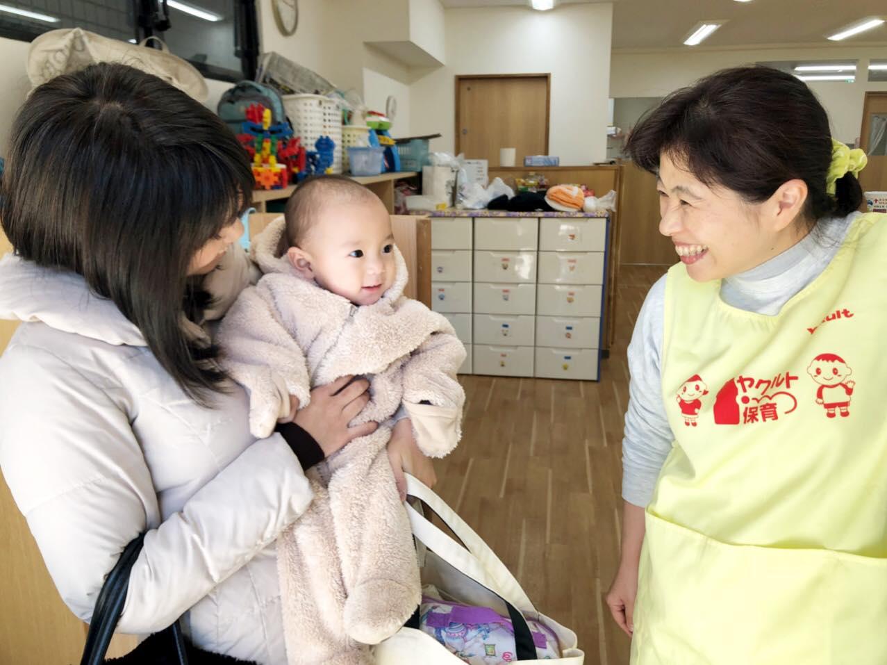 ヤクルト保育園 保育者さんと青木水理さんと赤ちゃん