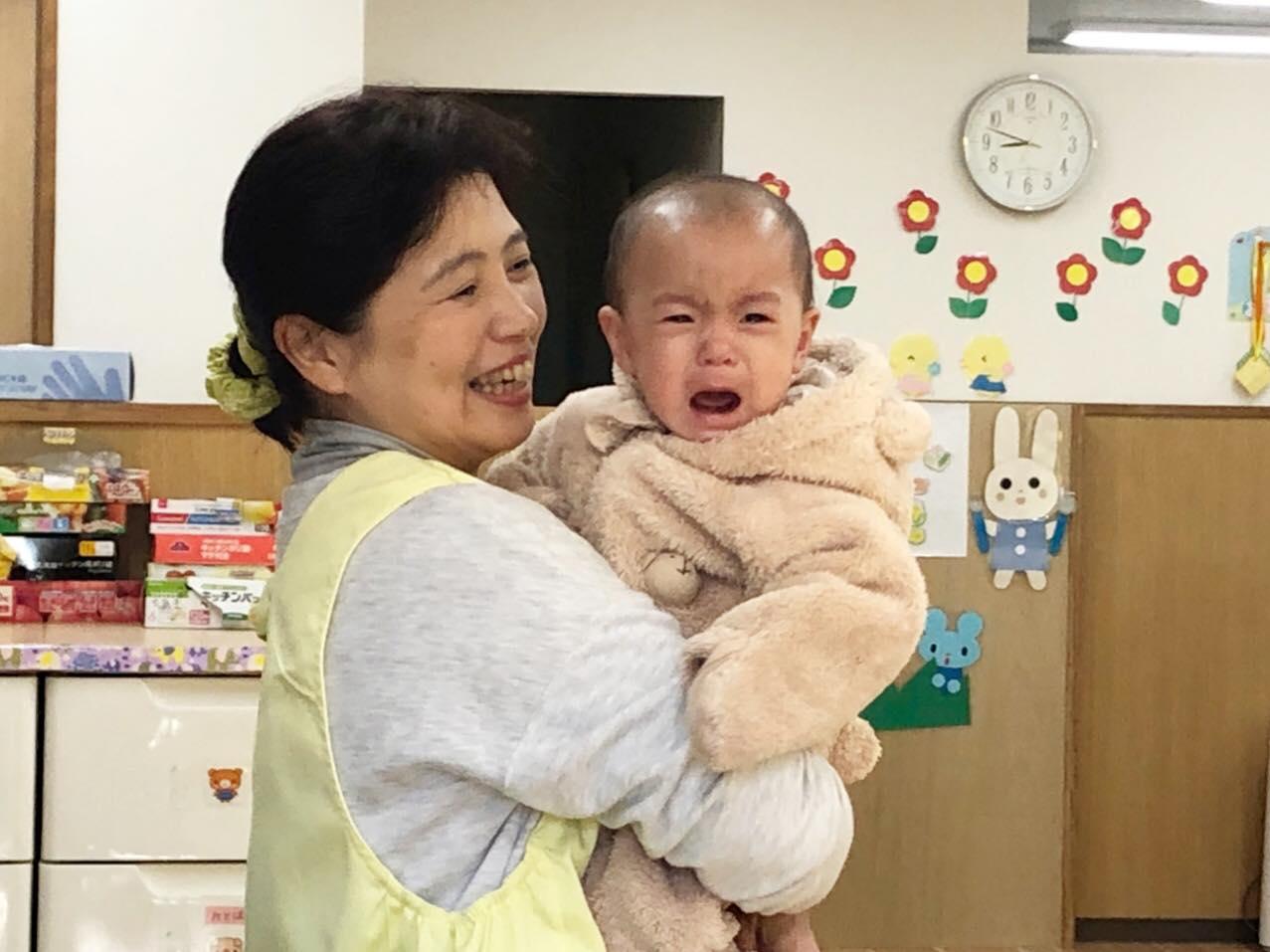 ヤクルト保育園 保育者さんと赤ちゃん
