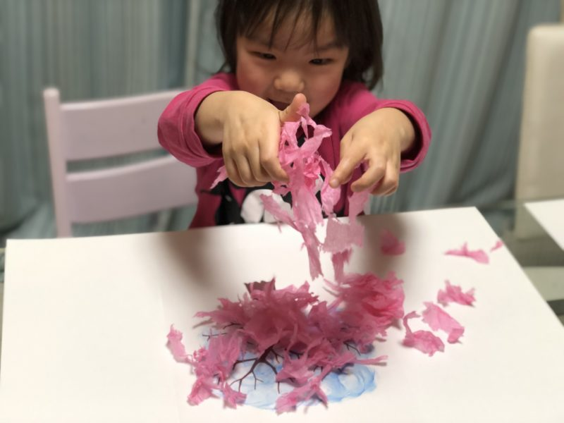 春の工作風景 花紙 桜の木