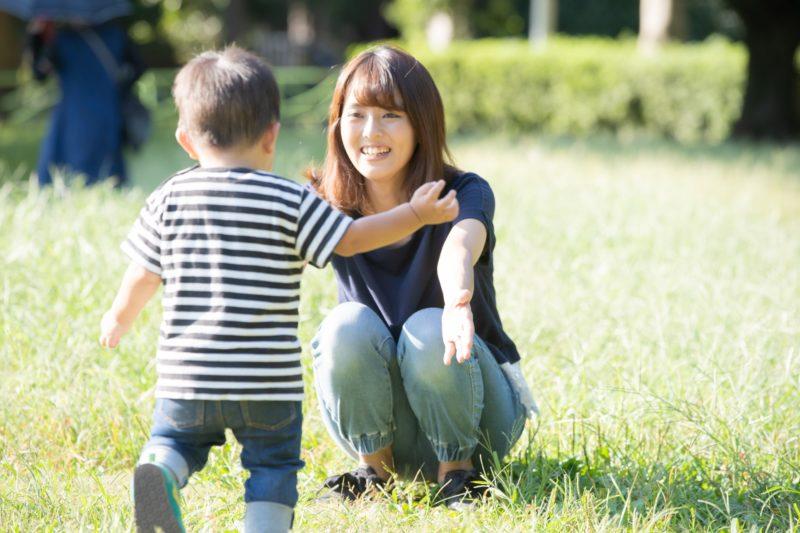 子育てをする女性と幼児