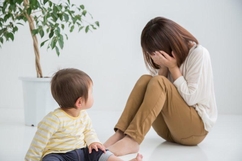 泣く母親と子ども