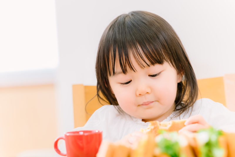 食べる幼児