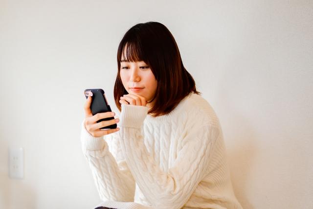 スマートフォンをさわる女性