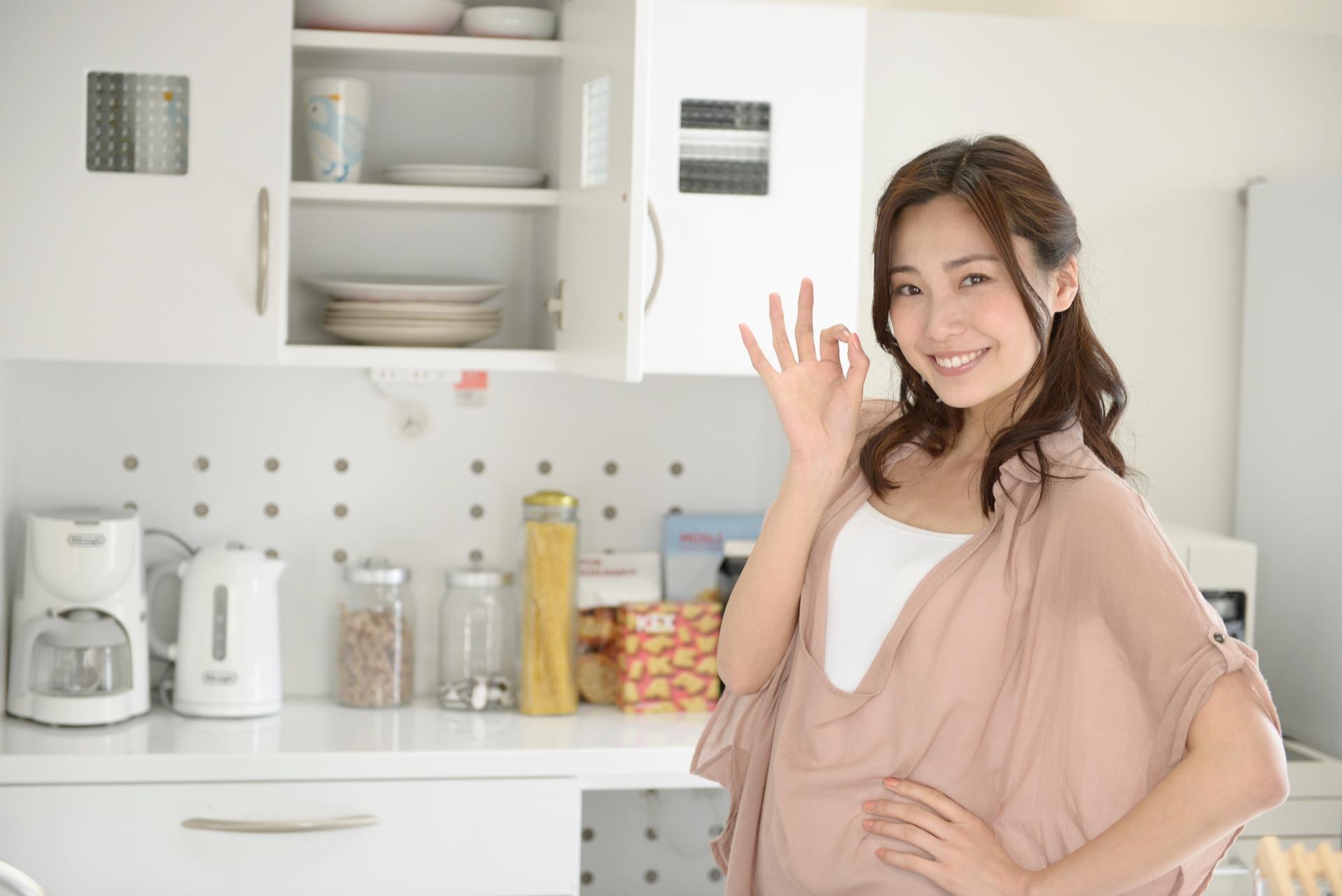 キッチンに立つ女性