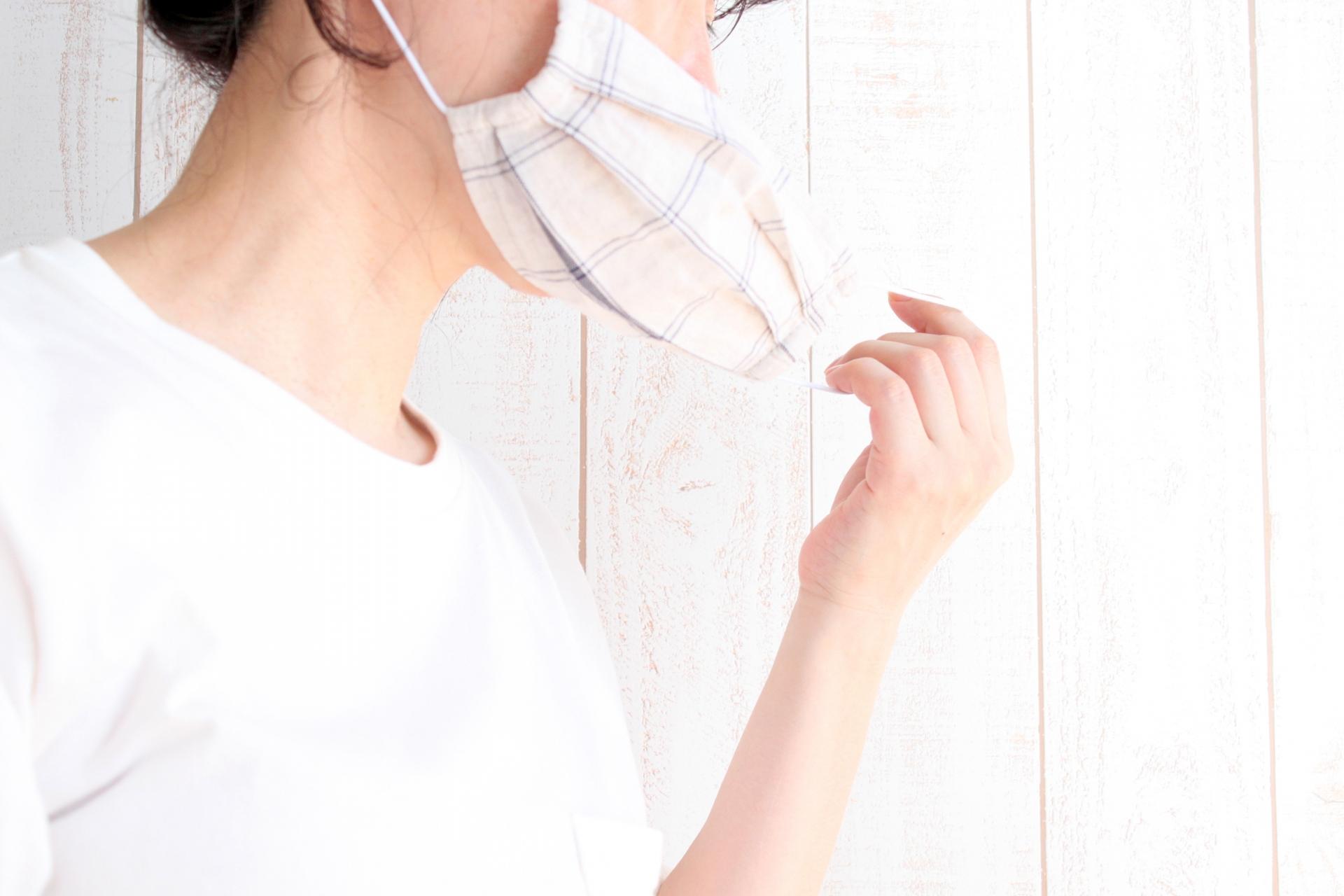 マスクを外す女性