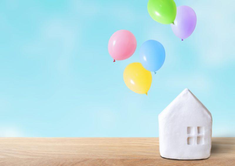 家の置物と風船