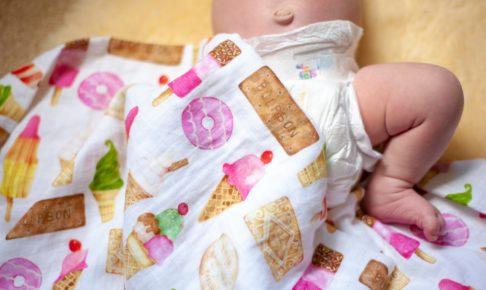 おむつ姿の赤ちゃんとバスタオル