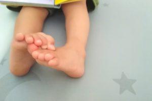 絵本を読む幼児の足