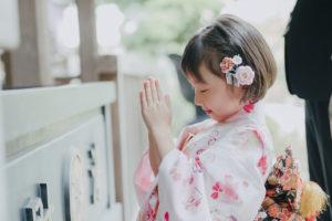 お祈りする少女