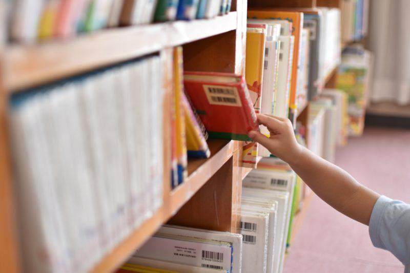 本を選ぶ手元