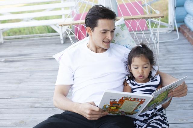 本を読む父子