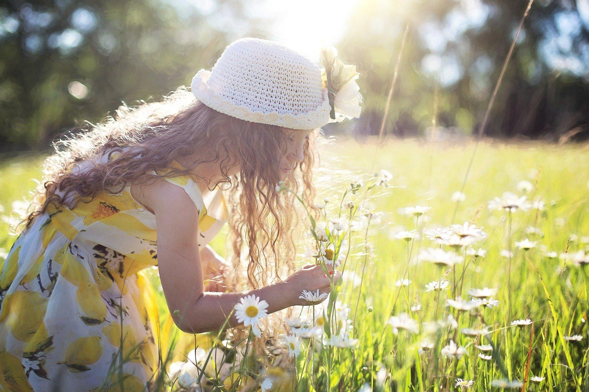 花の香りをかぐ女の子