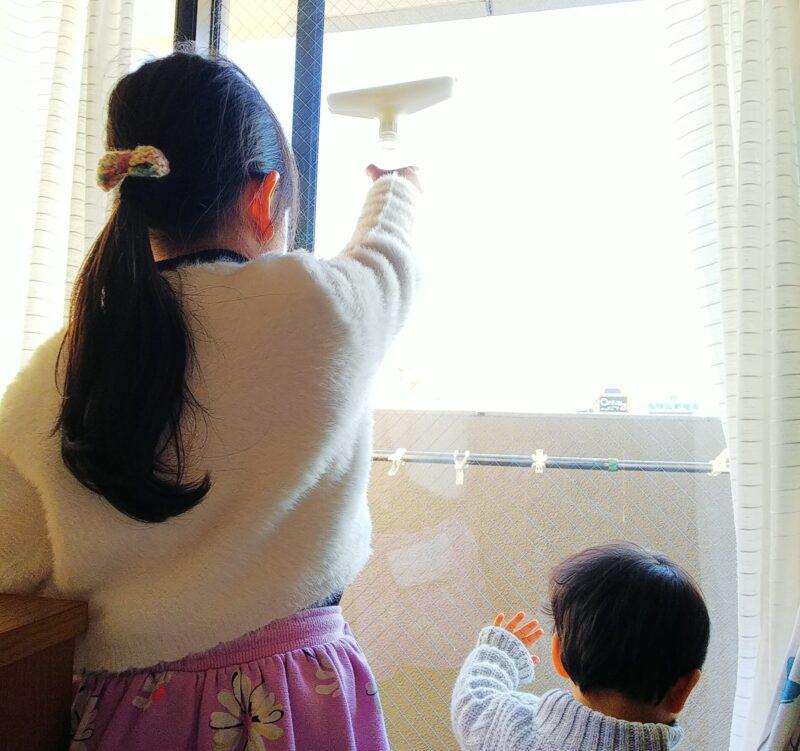 窓掃除をする子どもたち