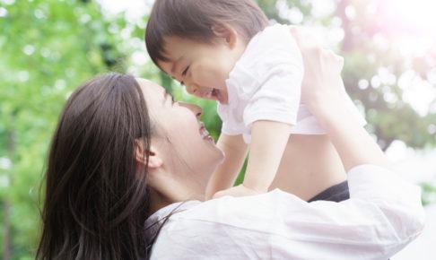 子どもを抱き上げる女性