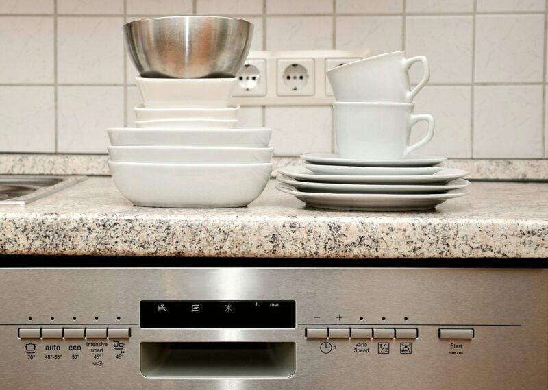 食器洗い機の上に食器