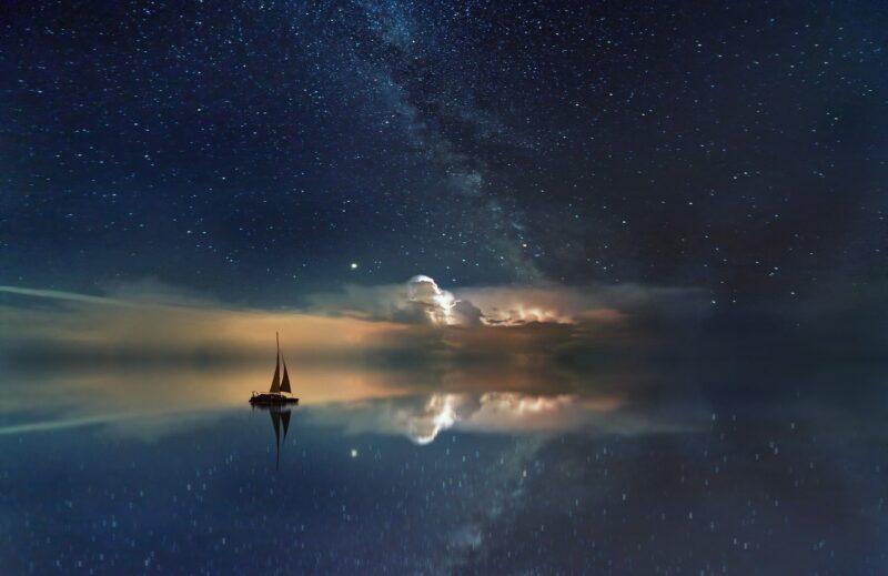 星空のもと航海中の船