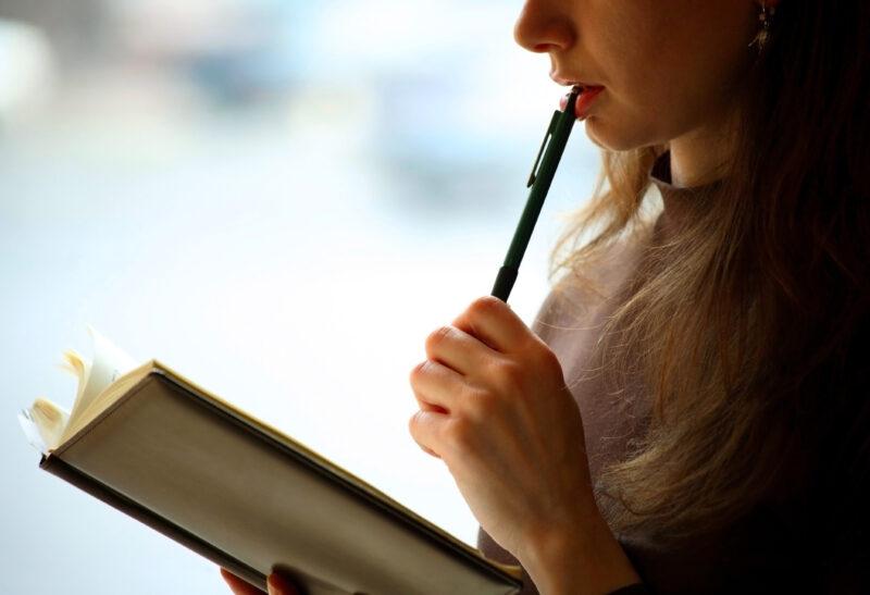 ペンを持って考える女性